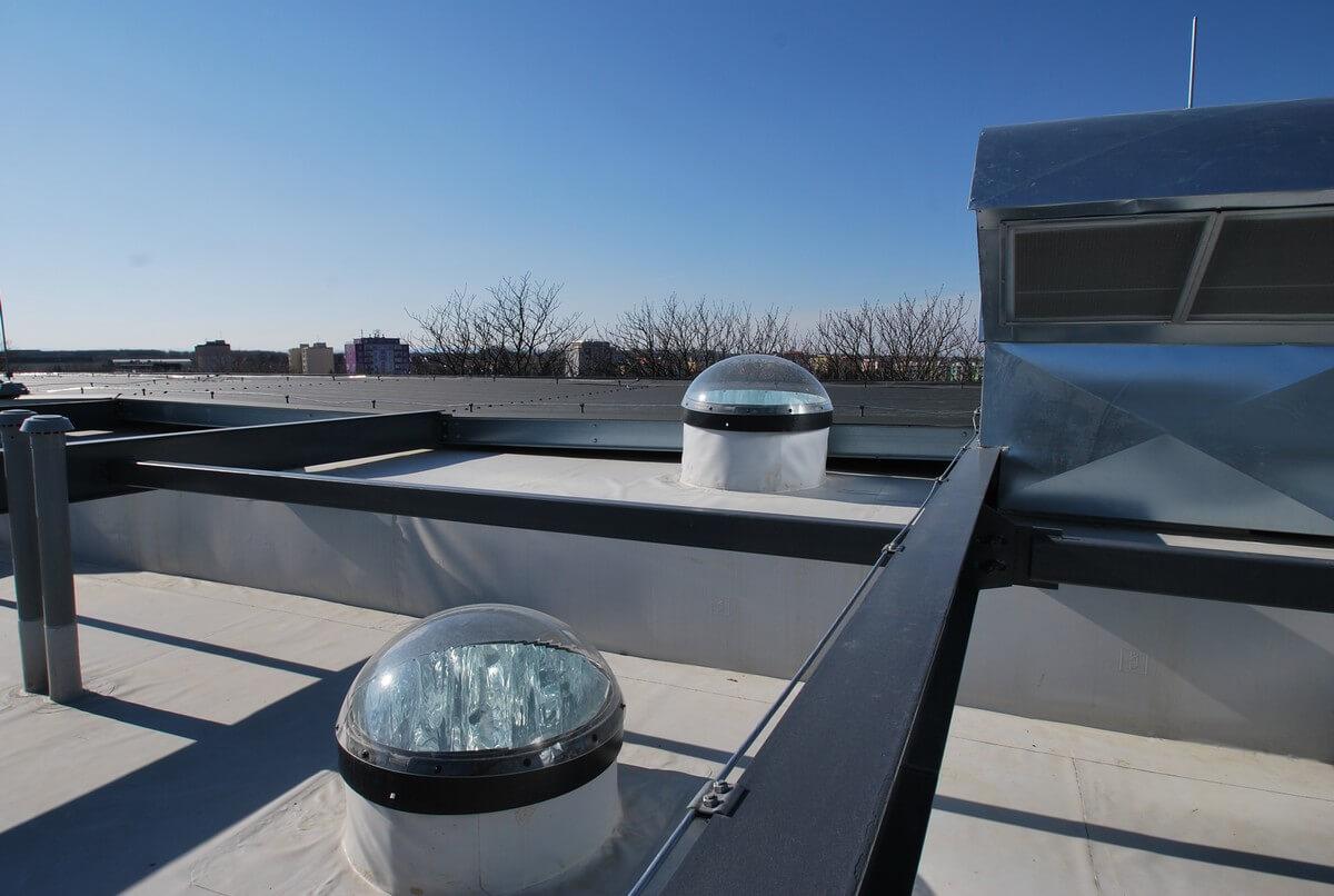 Svetlovody na streche kancelárií